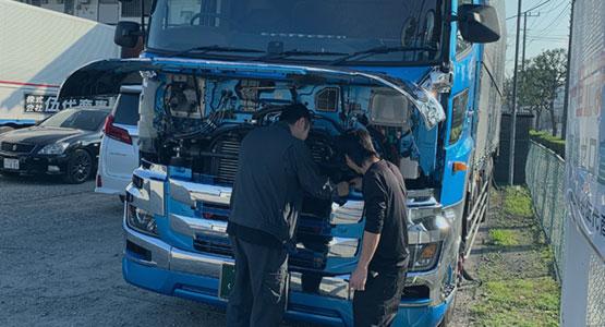 整備管理者とトラックの点検